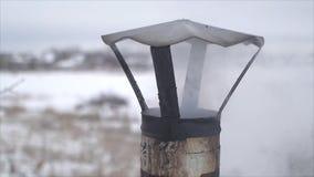 De rook die uit de roestige schoorsteen in de winter komen stock videobeelden