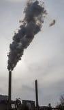 De rook en de stoom spuiten van industriële rookstapels dichtbij Amsterdam in Nederland Stock Foto