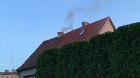 De rook komt uit schoorsteen stock footage
