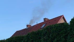 De rook komt uit schoorsteen stock videobeelden