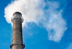 De rook van de schoorsteenpijp bij de zon Royalty-vrije Stock Fotografie