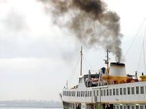 De rook van de veerboot op hemel Royalty-vrije Stock Afbeeldingen