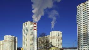 de rook van de fabriekspijp stock video