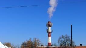de rook van de fabriekspijp stock videobeelden