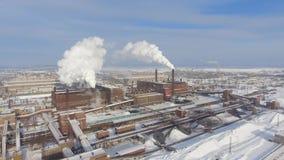 De rook van fabrieksschoorstenen verontreinigt luchtsatellietbeeld stock footage