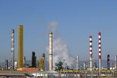 De rookstapels van de olieraffinaderij Stock Afbeelding