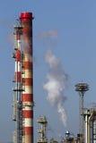 De rookstapels van de olieraffinaderij Royalty-vrije Stock Foto's