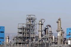 De rookstapels van de olieraffinaderij Stock Afbeeldingen