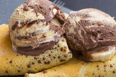 De roomijskoppen op chocolade omfloerst dessert royalty-vrije stock afbeelding