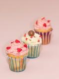 De roomroze en wit van de Cupcakeswoestijn op roze achtergrond Royalty-vrije Stock Afbeeldingen