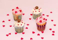 De roomroze en wit van de Cupcakeswoestijn op roze achtergrond Stock Fotografie