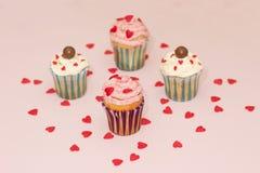 De roomroze en wit van de Cupcakeswoestijn op roze achtergrond Stock Afbeeldingen