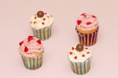 De roomroze en wit van de Cupcakeswoestijn op roze achtergrond Royalty-vrije Stock Afbeelding