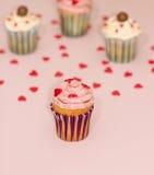 De roomroze en wit van de Cupcakeswoestijn op roze achtergrond Stock Foto