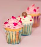 De roomroze en wit van de Cupcakeswoestijn op roze achtergrond Royalty-vrije Stock Foto's
