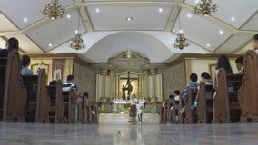 De rooms-katholieke dame legt minister die huwbare paren binnen de kapel spreken stock footage