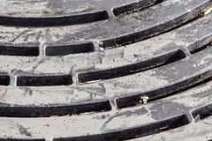 De rooster van het staalriool Ruwe schroeven Donkere gaten Roestig grungemangat Metaal industriële achtergrond De textuur van het Stock Foto