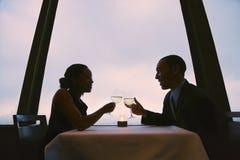 De roosterende glazen van het paar. Royalty-vrije Stock Foto's