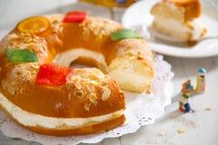 ` De Roscon de Reyes de `, dessert typique d'Espagnol de l'épiphanie Photographie stock libre de droits