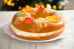 ` De Roscon de Reyes do `, sobremesa típica do espanhol do esmagamento fotos de stock