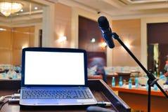De rostra die met notitieboekje op een spreker wacht Stock Afbeeldingen