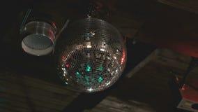 De roterende bal van de discospiegel in dark binnen stock video