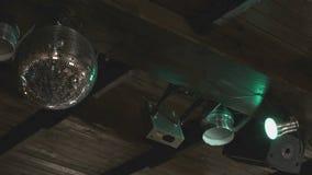 De roterende bal van de discospiegel in dark binnen stock videobeelden