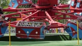 De roterende carrousel in een pretpark stock videobeelden