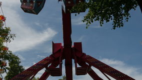 De roterende carrousel in een pretpark stock footage