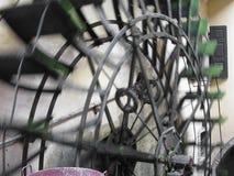 De roterende motie van het waterwiel in een oude historische watermill in het Italiaans dorp Royalty-vrije Stock Foto's
