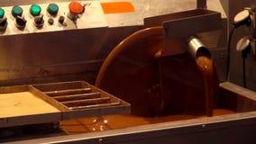 De roterende schijf van de chocolademachine met bruine chocolade stock video