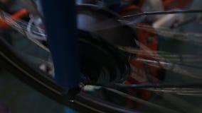 De roterende snelheid van het fietswiel, de dienst en reparatiewerkplaats, ecologisch vervoer stock videobeelden