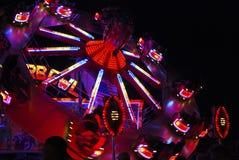 De rotonde van het kermisterrein bij nacht stock fotografie