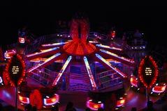 De rotonde van het kermisterrein bij nacht stock foto
