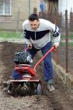 De rototilling tuin van de mens. Stock Foto's