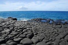 De rots en de oceaan van de lava in Hawaï Stock Foto