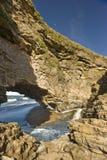 De Rots Formaton die van de boog in de oceaan leidt Royalty-vrije Stock Afbeeldingen