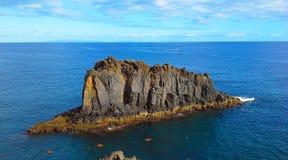 De rots in de oceaan, Madera, Funchal, Portugal royalty-vrije stock foto's