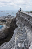 De rots Shihtiping, Taiwan van de mensenzitting Stock Fotografie