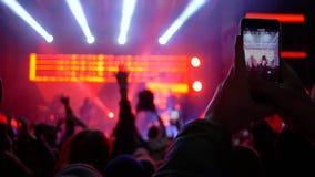 De rots toont, menigte van de video van het ventilatorsverslag op celtelefoon bij overleg van levende muziek stock video
