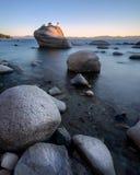 De Rots van de bonsai bij Meer Tahoe stock afbeeldingen