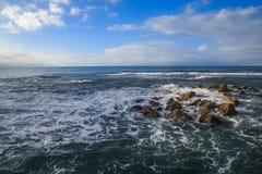 De rots van de golvenklap op de kust van Labadee, Haïti royalty-vrije stock fotografie