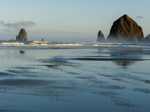 De Rots van de hooiberg, het Strand van het Kanon, Oregon royalty-vrije stock foto's