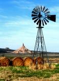 De Rots van de schoorsteen, met windmolen Stock Foto
