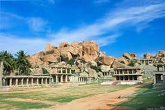 De rots van de tempel in hoofdbazaar in hampi, India stock afbeeldingen