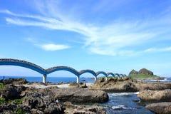 De rots van het eiland en mooie brug. stock afbeeldingen
