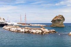 De rots van IL Fungo in baai van Lacco Ameno, Ischia eiland Stock Foto's