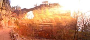 De rots van de Pravcicepoort met zonboog in Saksisch Zwitserland in Hrensko royalty-vrije stock foto