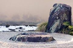 De rots van Zen en de geharkte eigenschap van het grintlandschap. Stock Afbeelding