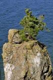 De rots verdeelde uit van vasteland in overzees Stock Afbeeldingen